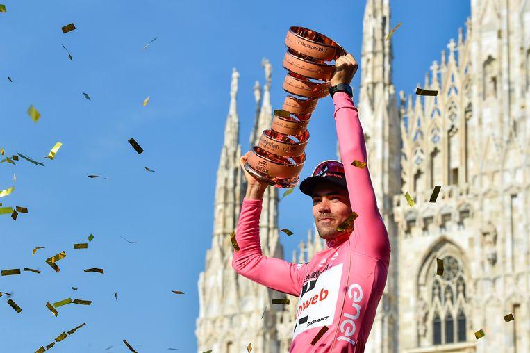 Voor de Dom van Milaan steekt Tom Dumoulin de Trofeo Senza Fine omhoog. In de slottijdrit wipte hij van plaats vier naar één. Beeld Photo News