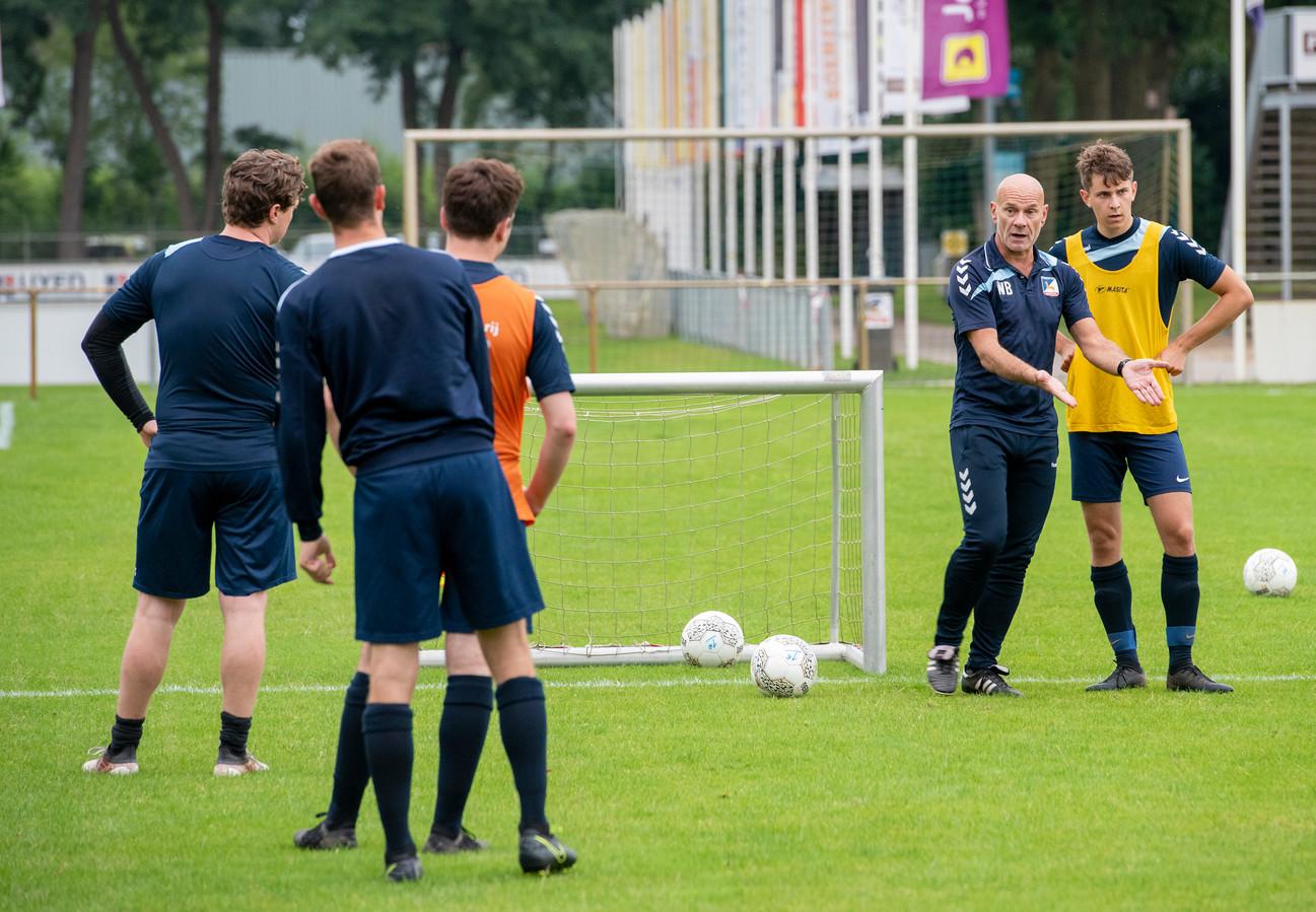 Trainer Wil Beijer van Olympia'18 legt uit, onder anderen keeper Jasper Görts (links) en Juul Schelbergen (geheel rechts) luisteren.