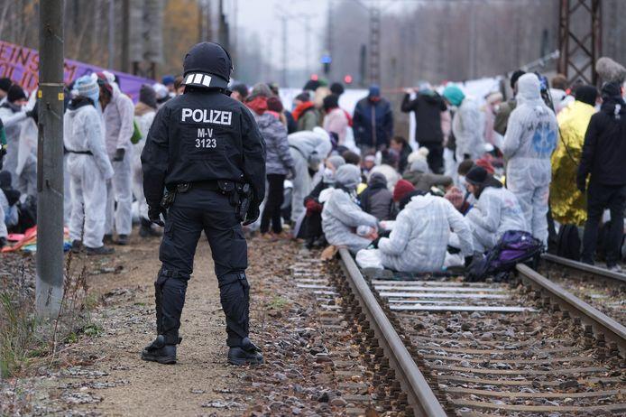 Klimaatactivisten blokkeerden ook treinsporen in Jänschwalde, in de deelstaat Brandenburg.