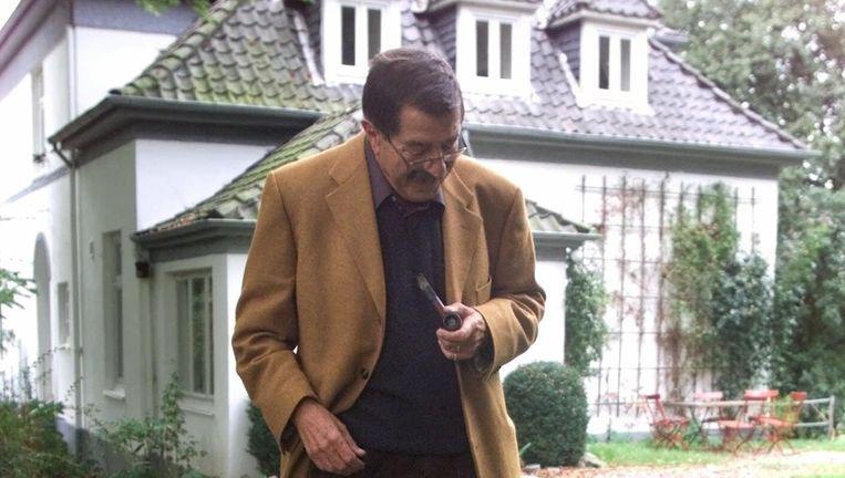 Günter Grass met zijn hond Kara buiten zijn huis in Behlendorf. Beeld ap