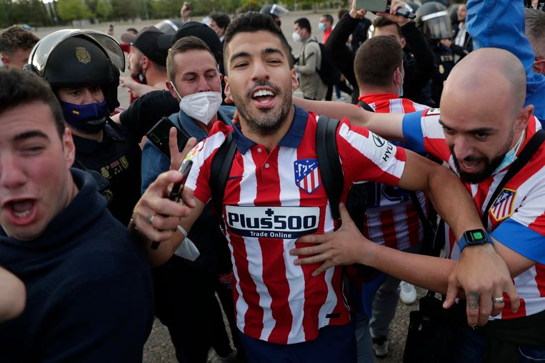 Suárez viert het kampioenschap met supporters van Atlético Madrid. Beeld AP