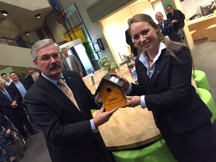 USRA-voorzitter Anouck Gaastra overhandigt een vogelhuisje aan burgemeester Aat de Jonge.