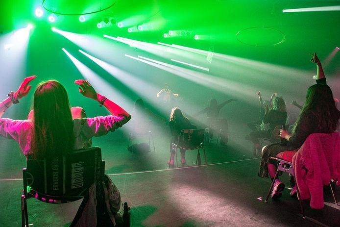 Social D(ist)ancing in Doornroosje, zittend een dance event beleven. Het haalde zelfs de internationale pers.