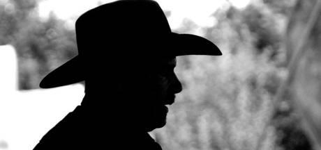 'Oudere man met cowboyhoed' volgt fietsende schoolkinderen in Rhenen