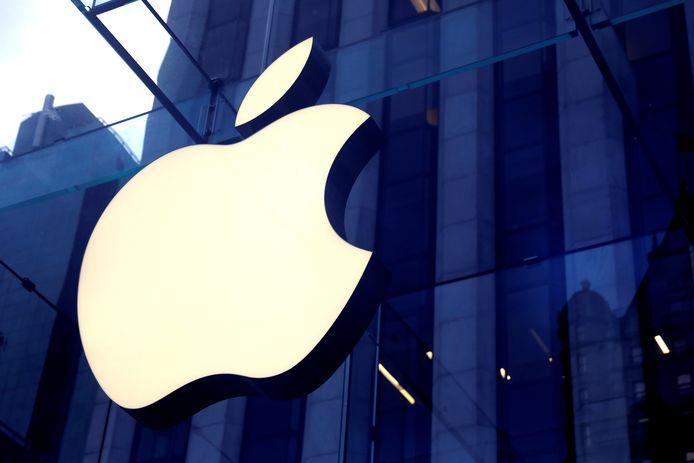 Het bekende logo van techbedrijf  Apple siert de Apple store op 5th Avenue in Manhattan, New York