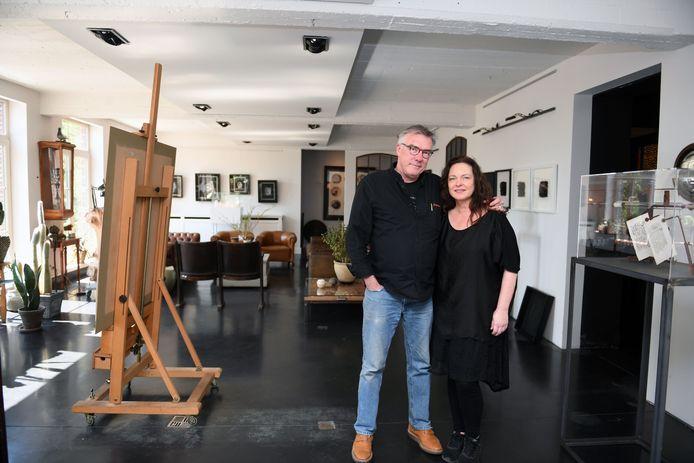 Willy Obermuller en Mireille Robbe in hun jazzclub La Conserve waar vroeger het restaurant was van Jeroen Meus. Zij werden ook uit hun woning gezet, maar hun jazzclub mag blijven, maar voor hoelang?