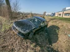 Auto raakt in Didam van weg en belandt in sloot