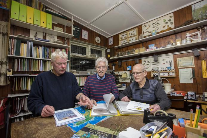 Paddenstoelenkenners Henk Lammers, Hans van Hooff en Theo Boudewijns in hun werkruimte waar zij elke dinsdagavond bijeenkomen.