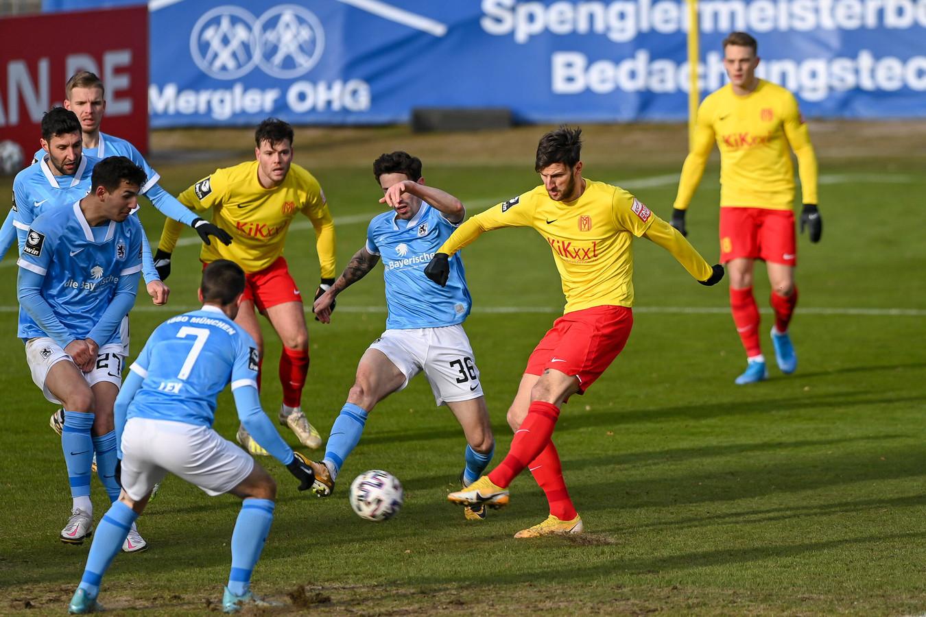 Tom Boere (de meest linkse speler in het geel-rood) ziet ploegmaat Dejan Bozic doeltreffend uithalen voor de 1-1 van SV Meppen tegen TSV 1860 München.