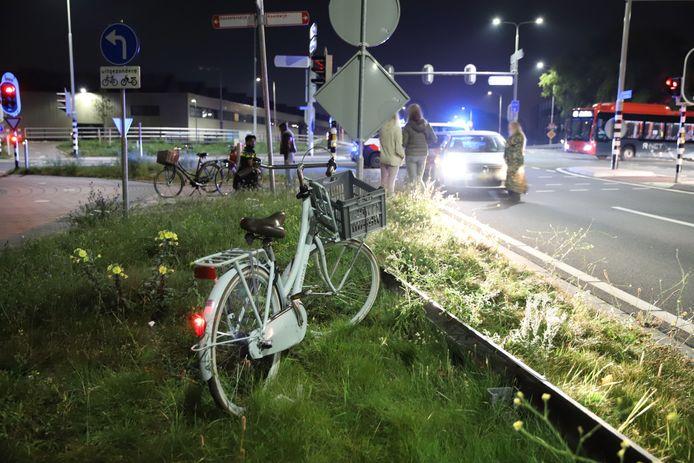 Na controle in de ambulance is de fietsster naar het ziekenhuis gebracht voor verdere behandeling.