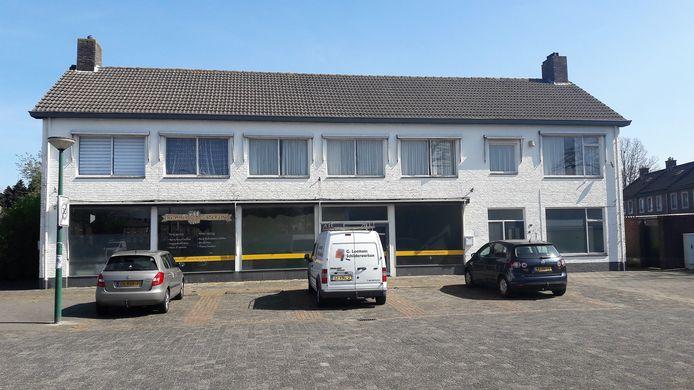 Kaatsheuvel, het witte pand Berndijksestraat 14 van voormalig cateraar Mari van der Velden wordt gesloopt voor de nieuwe appartementen.