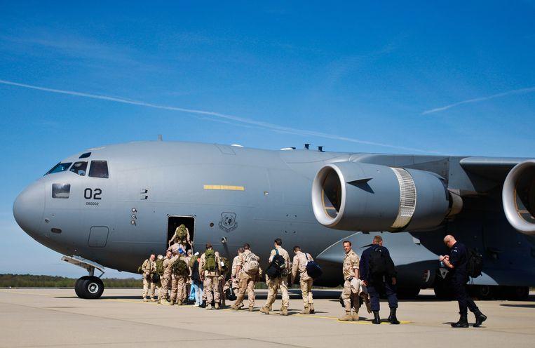 Tien jaar geleden: op Vliegbasis Eindhoven vertrekken zeventig militairen om in het Afghaanse Kunduz een politiemissie voor te bereiden. Beeld Mischa Rapmund / WFA