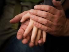 Verdachte van jarenlang misbruik adoptiezoontje en vier vriendjes blijft vastzitten