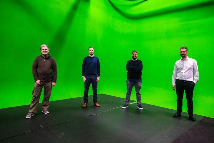 Van links naar rechts: initiatiefnemers Koen Scholiers, Philip Lemal en Tom Pauwels in de studio van DB Video, samen met Dimitri Beyaert, zaakvoerder van DB Video, dat mee de stream verzorgt.