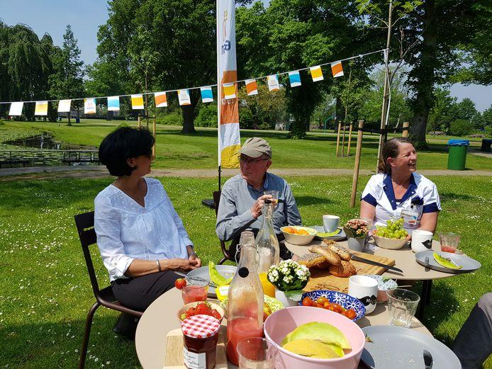 Lekker eten, maar vooral elkaar ontmoeten. Dat kan vrijdag bij de Manna-picknick in het park.