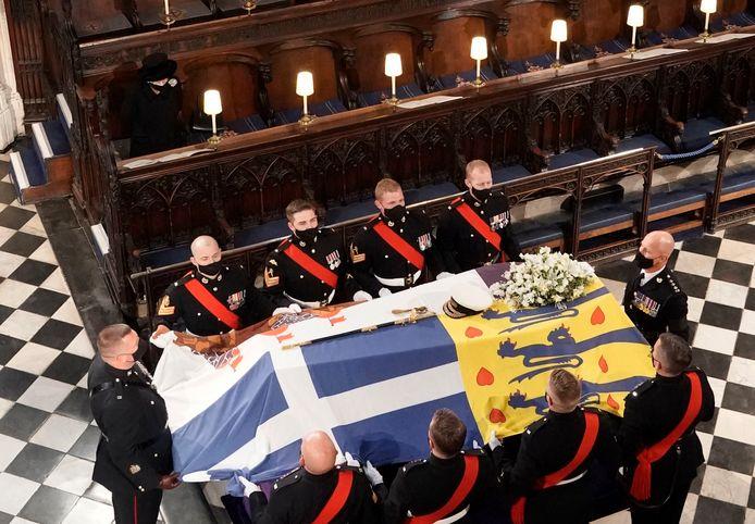 La reine Elizabeth II a fait face seule au cercueil de son défunt époux.