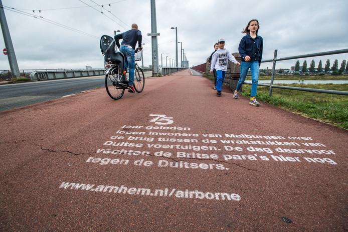 'Krijtgraffiti' die verwijst naar de Slag om Arnhem aan de voet van de John Frostbrug in Malburgen-Oost.