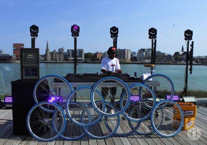 Een dj maakt muziek voor de livestream van Students On Stage.