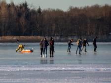 Schaatser ligt 'zeker half uur' gewond op ijs na botsing, hulpdiensten staan vast door geparkeerde auto's