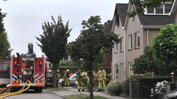 De brandweer bij de woning in Nieuwleusen.