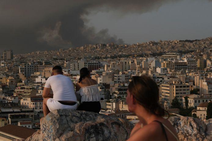 Vanuit alle stadsdelen van Athene zijn dikke rookpluimen zichtbaar.