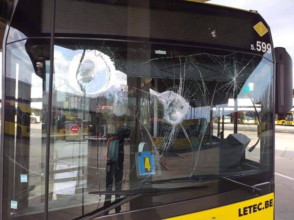 Un bus a été abîmé suite à un jet de pierre, à Bressoux, lors de l'affrontement mortel du vendredi 16 avril entres Tchétchènes et Kurdes.