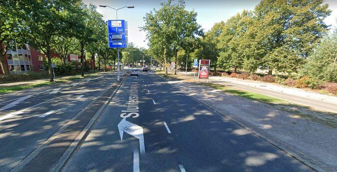 De hele Sluiterveldsingel, inclusief de kruising met de Vriezenveenseweg, krijgt nieuw asfalt.