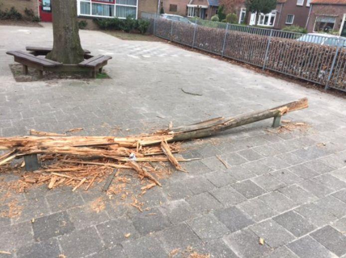 De evenwichtsbalk op het schoolplein werd compleet gesloopt.