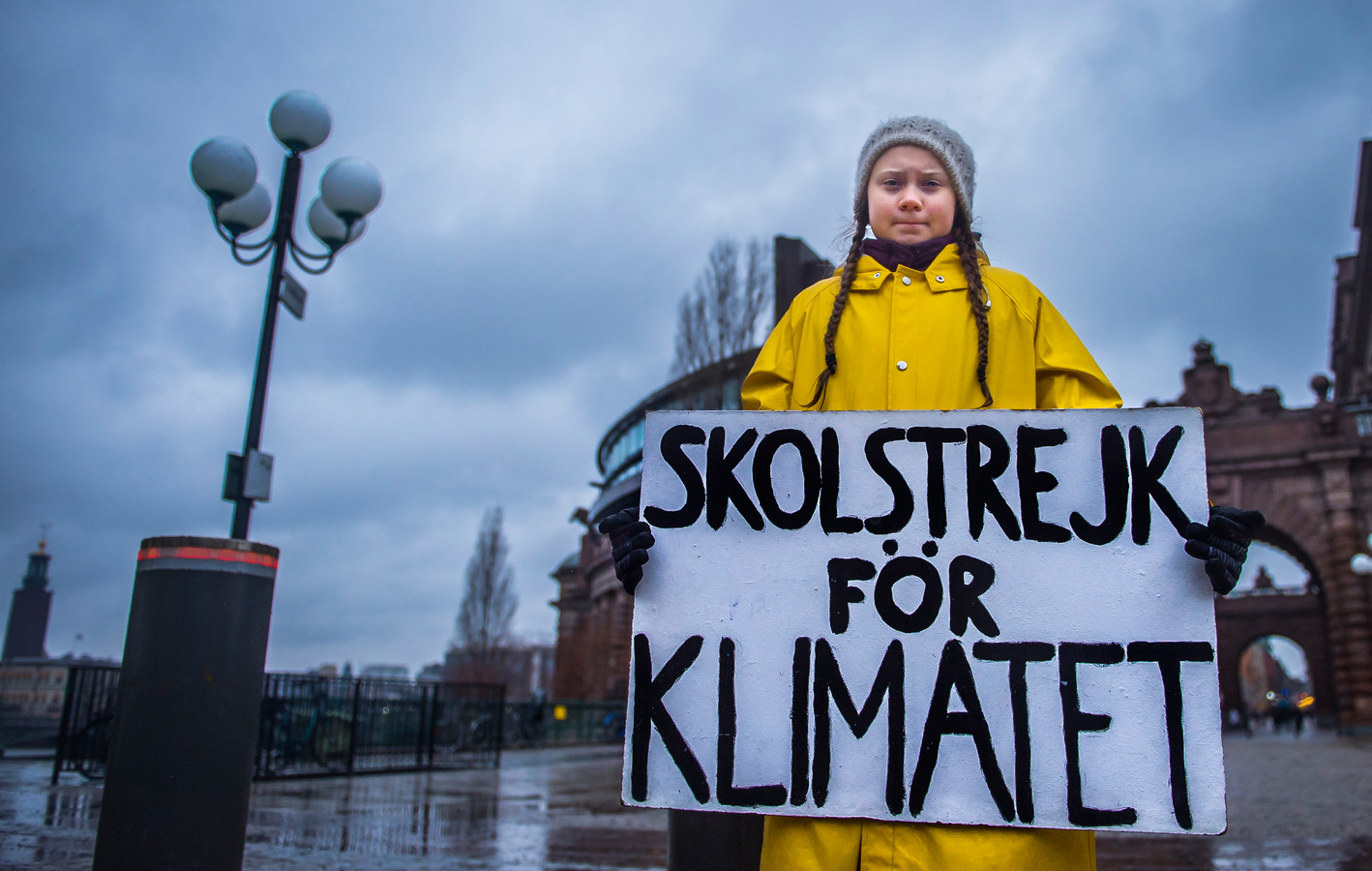 """Elke vrijdag staat de Thunberg aan het Zweedse parlement om te protesteren voor het klimaat met de slogan """"Schoolstaking voor het klimaat""""."""
