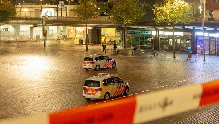 Politieonderzoek op het Bijlmerplein na de vondst van een handgranaat Beeld ANP