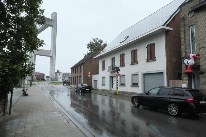 TISSELT - De woning waar de plantage werd aangetroffen, werd na de huiszoekingen verzegeld.