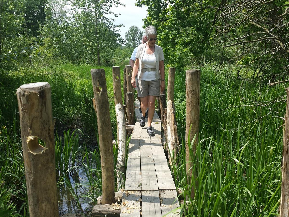 Annie en Willy genieten van een wandeling in het natuurgebied.