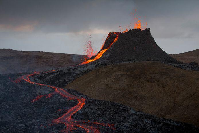 Lava stroomt sinds vrijdagavond uit de krater van de Fagradalsfjall.