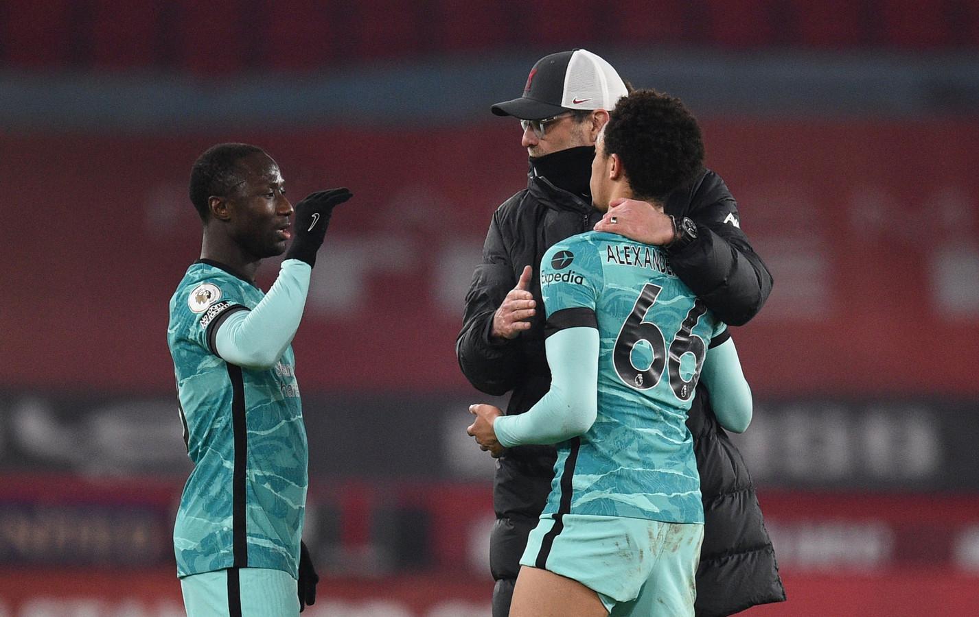 Trent Alexander-Arnold en Naby Keita met Liverpool-trainer Jürgen Klopp.