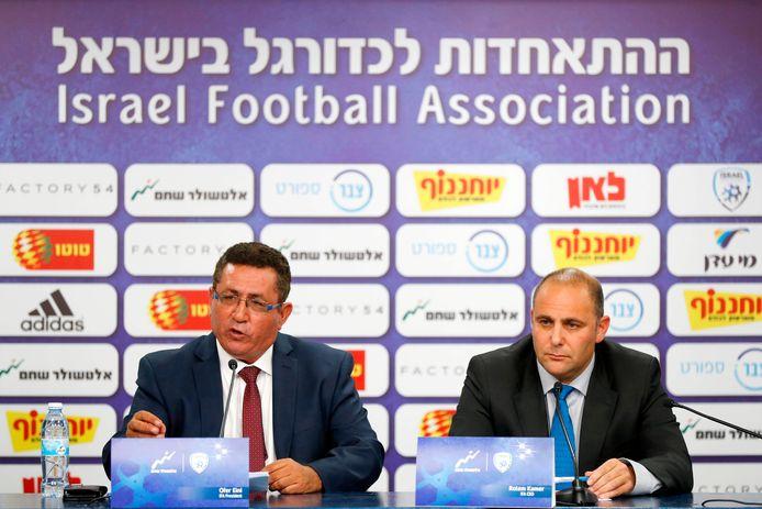 Ofer Eini (L), voorzitter van de voetbalbond (IFA), en Rotem Kamer (R), CEO van de Israëlische voetbalbond.