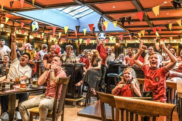 De supporters schreeuwen de Rode Duivels naar de overwinning.