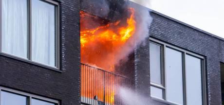 Brand op bovenste etage appartementencomplex in Oss, twee honden uit woning gered