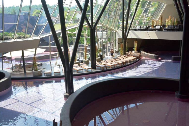 Ontspannen lukt perfect in Orhidelia, een supermodern wellnesscomplex met purper gekleurde ronde baden. Uit sommige ervan stijgt muziek op.  Beeld Myriam Thys
