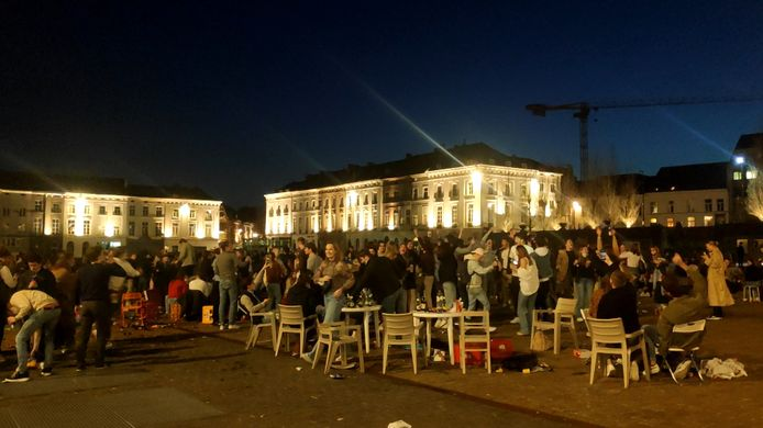 Jongeren bouwen een feestje op het Sint-Pietersplein in Gent.