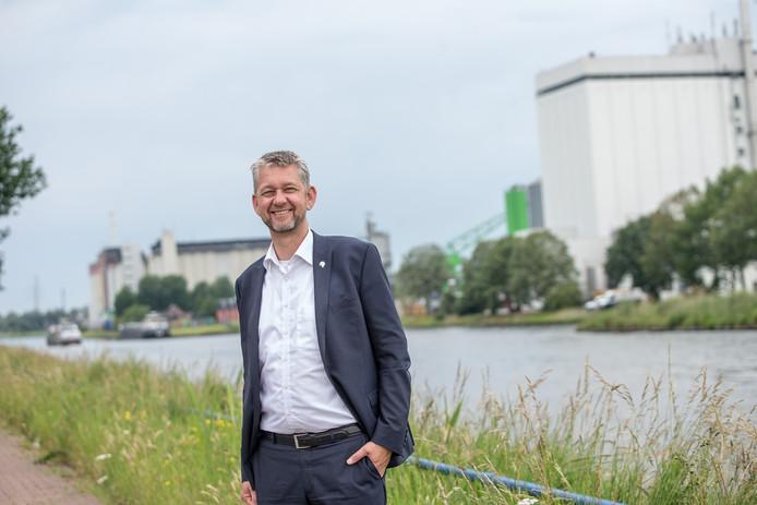 Wethouder Eric-Jan de Haan met op de achtergrond bedrijvigheid langs het Twentekanaal in Lochem. ,,Ik wil vooral meedenken met ondernemers.''