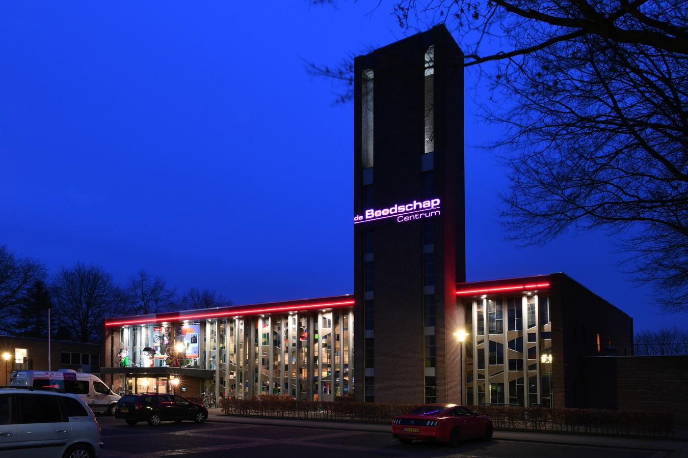 De voorgevel van Cultureel Centrum De Boodschap in Rijen.
