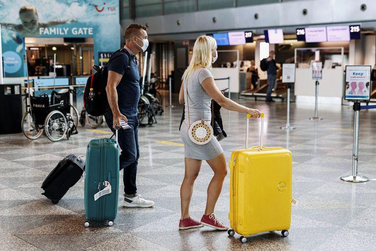 Passagiers wachten in de luchthaven van Helsinki-Vantaa in Finland.