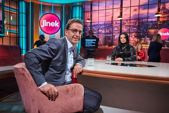 Zangeres en vlogger Famke Louise en Diederik Gommers, de voorzitter van de Nederlandse Vereniging voor Intensive Care tijdens de uitzending van de talkshow Jinek.
