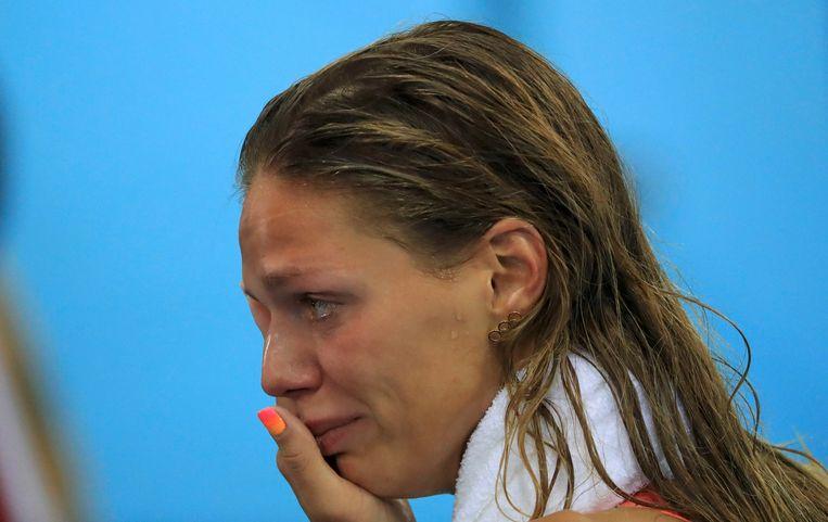 Joelia Jefimova huilt nadat ze zilver won op 100 meter schoolslag in Rio. De zwemster kreeg het zwaar te verduren tijdens de Spelen door alle dopingverdachtmakingen rond de Russische delegatie. Beeld Photo News