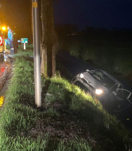 Auto belandt in sloot in Terwolde: drie inzittenden gewond