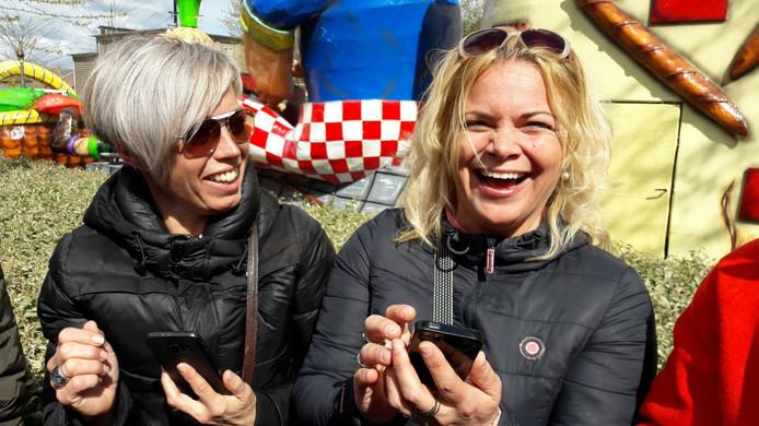 Mirjam Halkes (r) uit Amersfoort is op bezoek bij haar vriendin Christel van Weert