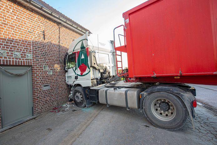 De vrachtwagen kwam tegen de gevel tot stilstand.