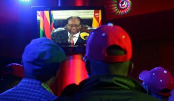 Taaie Robert Mugabe weigert op te stappen, maar zijn dagen lijken geteld