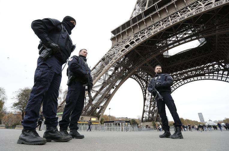 Politie bij de Eiffeltoren. Beeld afp