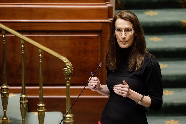 Premier Sophie Wilmès geeft in de Kamer uitleg bij de versoepeling van de coronamaatregelen. Beeld BELGA